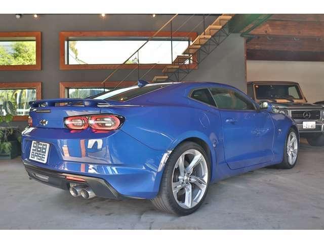 輸入車らしい鮮やかなリバーサイドブルーMのボディが光り輝く『カマロ SS』