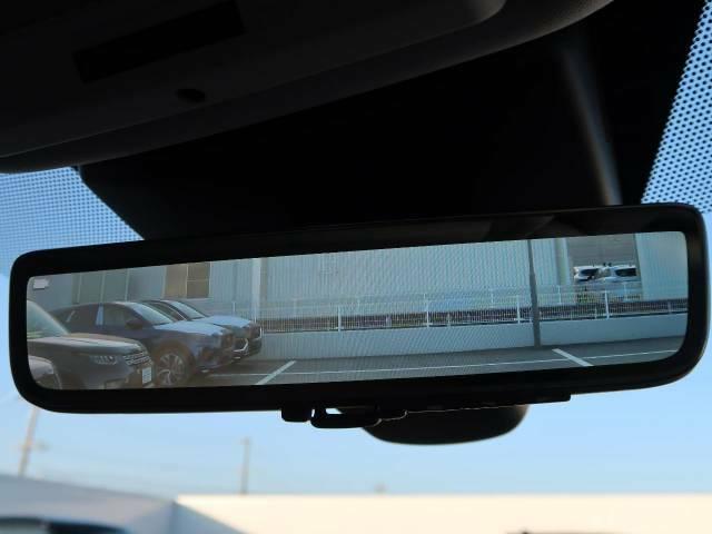 ランドローバー初の【クリアサイトインテリアクリアビューミラー】は車体に装備したカメラによって、後方の映像がミラーに映し出されます。ミラーユニット下部のスイッチで簡単にモード切替も可能です。