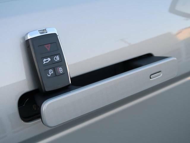【スマートエントリー】バッグやポケットからキーを取り出すことなく車にアクセスして、ロックとアラームを設定できます。 毎日の利便性をさらに高める機能です。