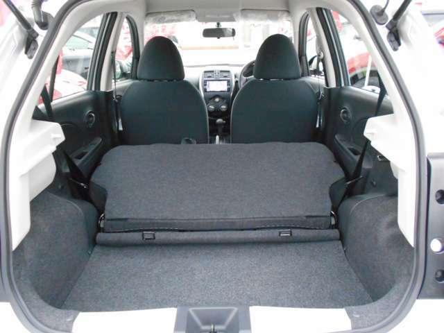 リヤシートを倒せば、長尺物などの収納もできるスペースになります。