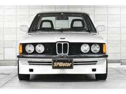 こちら正面です!初代3シリーズの前期モデルはヘッドライトが2灯ですが、後期モデルから4灯になりました!E30に引き継がれる本来の状態ですね!アルピナのエアロもこの時からアルピナっと分かる感じが出てますね!