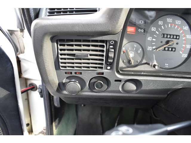 ライトは引っ張るタイプのスイッチです!旧車はコレですね!