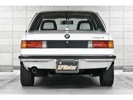 まずは後ろ姿です!当時の車らしきスッキリとしたデザインです。