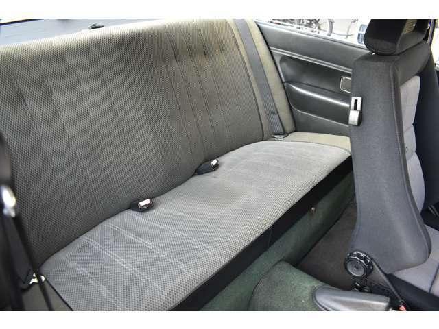 後部座席に座って見ましたが、案外狭く無く、大人の男性でも普通にゆったりと乗れますよ!RECAROシートも純正シートと同様にシート横のレバーで、ワンタッチで倒れてくれます。