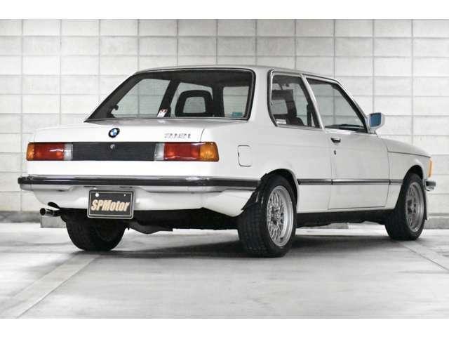 ボディーラインがたまらなく良いです!旧車でよくあるドアの下側のサビ浮きなども無く、外装は凄く綺麗です!