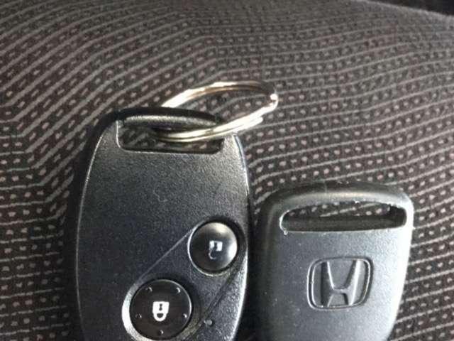 【キーレス】 スイッチ操作でドアのロックのON・OFFを車から離れても簡単に行えます。