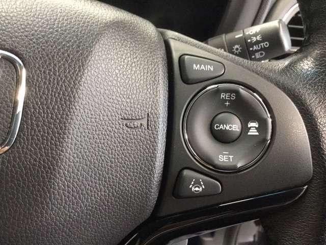 ACC【アダプティブクルーズコントロール】通常のクルーズコントロールの進化版。ミリ波レーダーと単眼カメラで前走車との車間距離と速度差を検知。適切な車間距離を保つようアクセルやブレーキの制御を行います。