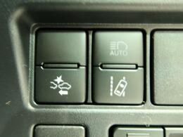 【車線逸脱警報】約60km/h~約100km/hで走行中、前方不注意で車線をはみ出すと判断した場合にブザーとメーター内の表示灯で注意を促します。