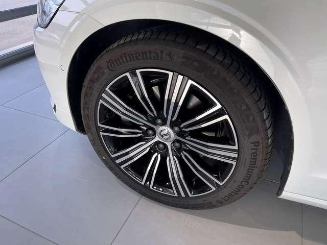 タイヤサイズは235/45R18でございます。