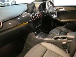 ブラックを基調とした車内にカーボン調インテリアトリムを組み合わせる事でスタイリッシュな印象を与えるインテリアデザインとなっております!メルセデス特有の上質な空間でお過ごし頂けます!