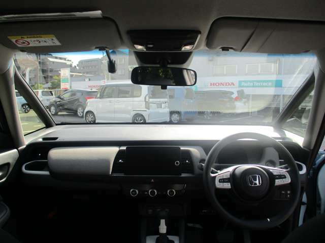 フロントガラスが大きく視界も良好になっています!ドライブレコーダーも付いています!