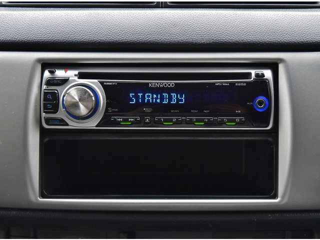 CDデッキもついています(^^)vお気に入りの音楽をBGMにドライブを満喫してください!!ナビも各種取り揃えております☆DVDが見たい☆TVが見たい☆音楽を録音したい…等々ご要望お伺いいたします☆