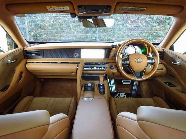 本革×アルカンターラシートで高級感満載!内装カラーはオーカーで車内が明るくなり新鮮♪オシャレで品があります!SDナビに地デジTV・BT音楽・USB充電/音楽・LCプレミアムサウンドなどドライブ機能充実