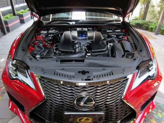 Aプラン画像:アクセルを踏み込んだ瞬間に、静寂感からビートのあるトルク感へと変化するV8エンジンの特性を最大限に活かすことで、スポーツカーとしての官能的な世界をよりリアルに叶え、誰もが簡単に手に入れることが出来ます。