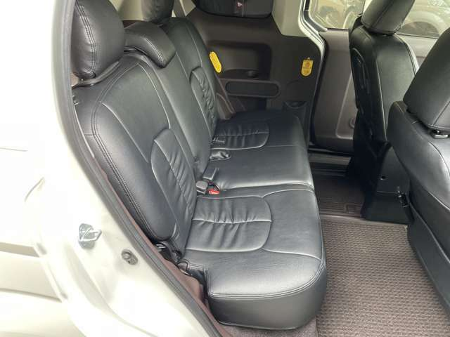 足元広々で、ゆったりとした後席です!助手席側はセンターピラーがないので、乗降もしやすいですよ♪