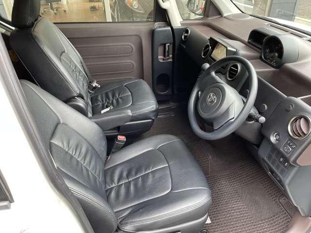 運転席も目立った汚れがなく、良好ですよ!!後席へ行き来自由なウォークスルーも魅力の一つです♪移動が出来る車内ってステキです♪