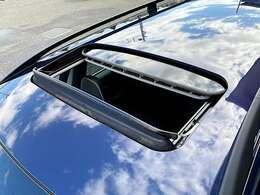 開放的なドライブを楽しんで頂ける、チルトアップ機構付電動ガラス・サンルーフを装備
