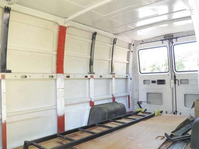 広々とした荷室で、こちらも塗装、補修しておりますので、水漏れなども心配ありません。