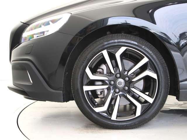 ダイヤモンドカット/ブラックの18インチアルミホイール「Metallah」。勿論インテリセーフ標準装備により歩行者検知機能付フルオートブレーキをはじめとする革新的安全装置を標準搭載。