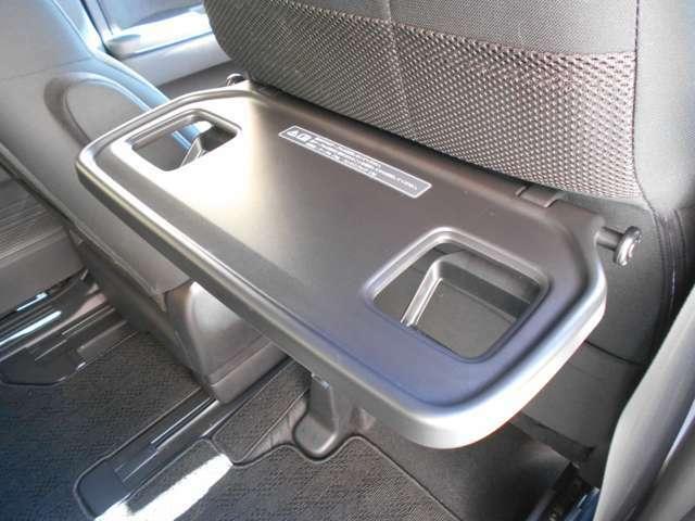 運転席側にはお子様にも嬉しいシートバックテーブルがございます!