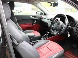 内装シートは赤/黒レザーシートで高級感&スポーティ♪若干のシワ等は御座いますが年式を考えますと許容範囲内と思われます。