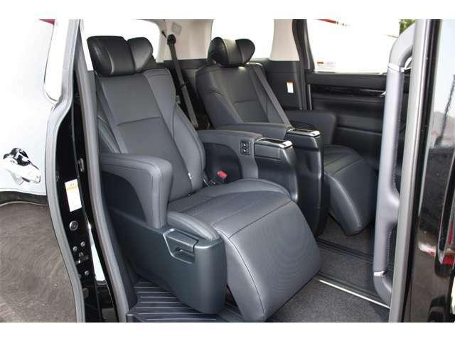 セカンドシートは専用の電動オットマン付キャプテンシートです。