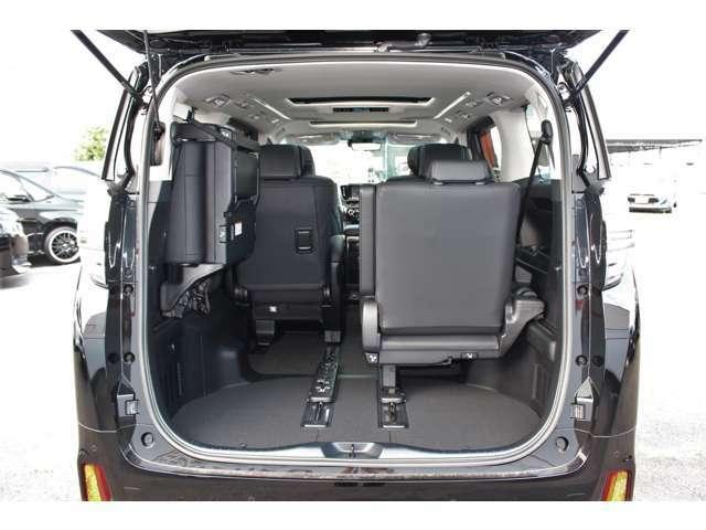 左右別々でシートを跳ね上げ可能です。荷物のサイズに応じてシートアレンジ可能です。リアゲートは電動で開閉可能です。