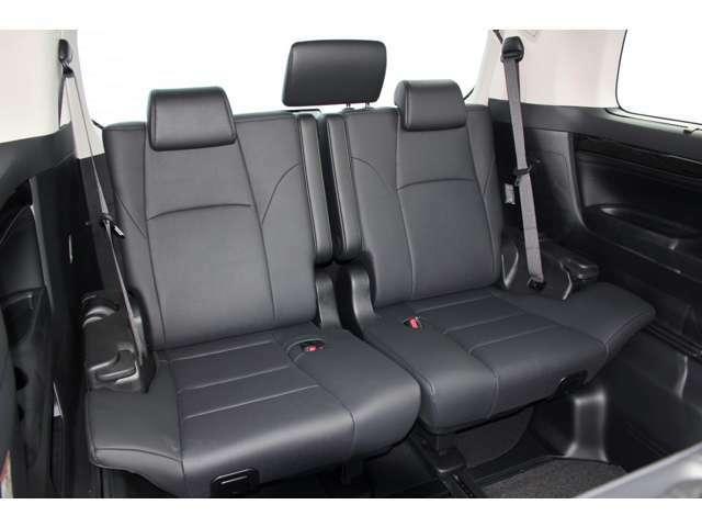 サードシートは前後スライド機能付です。足下を広く確保したり、ラゲッジスペースを広く確保したりと使い勝手のよいシートです。