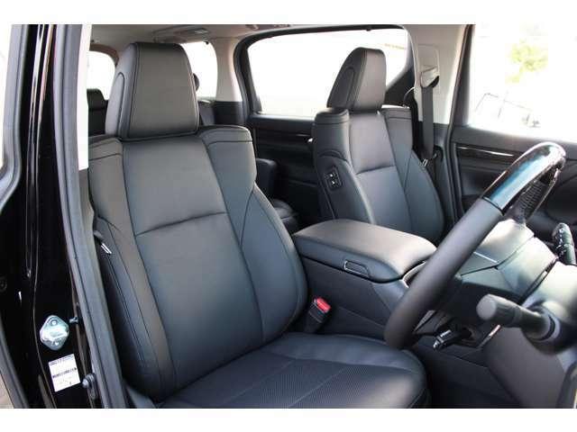 全席合皮黒革シートです。運転席・助手席はシートヒーターとベンチレーション機能付きです。