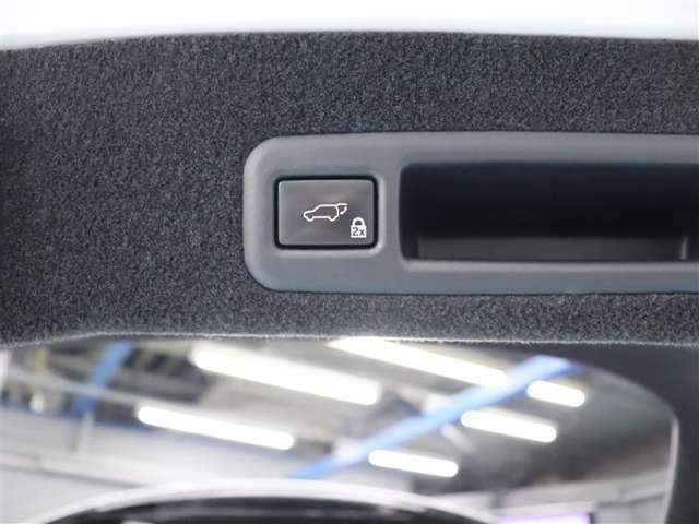 電動バックドア付♪スイッチを押すと自動でバックゲートの開閉が出来て手荷物が多くてもラクラク開閉!
