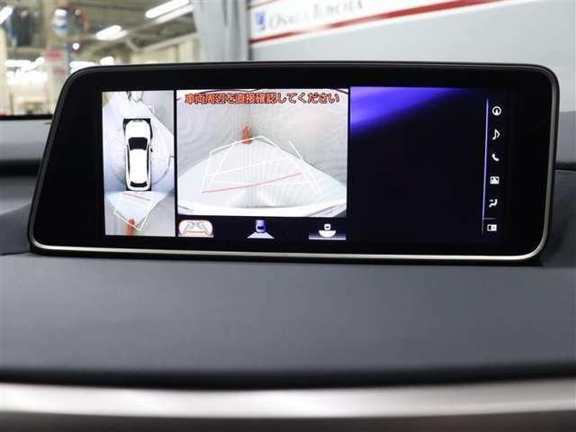 パノラミックビューモニターは、車両の前後左右に取り付けられた、4つのカメラから取り込んだ映像を継ぎ目なく合成。上から車両を見下ろしたような映像をナビ画面に表示することができます。