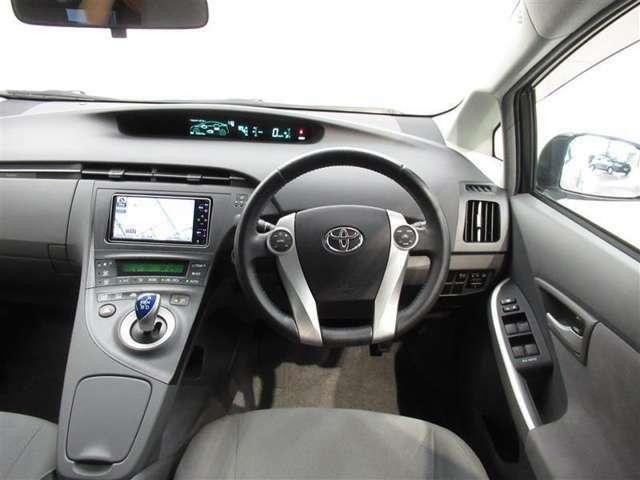 座ったときの視界も広く開放感のあるインパネです 車両感覚もつかみやすく乗りやすいクルマです ステアリングやシフトノブなどもキレイに仕上げてあります