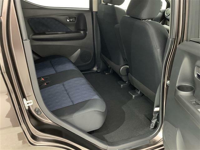 後席は膝周りスペースも広く脚を組んで座れるほどです!フロアー部には段差がないので足元に窮屈さを感じません!