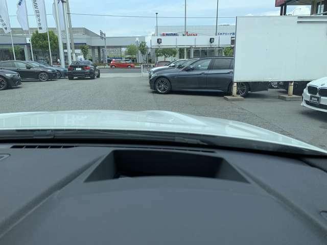 ヘッドアップディスプレイが装備されております。目線を下げずに走行速度、ナビゲーション画面の確認が可能です。(