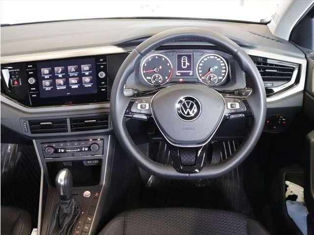 ナビ画面を若干ドライバー側に向けることにより視線移動を少なくする工夫もされております。