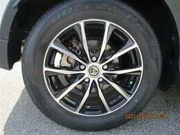 タイヤサイズ215/60R17、タイヤ残り溝約3mmの社外アルミホイールです。