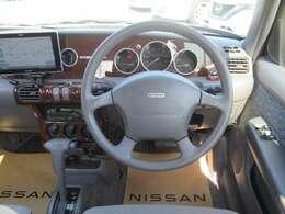 クラシカルな木目調パネルなどで運転していても楽しい車です!