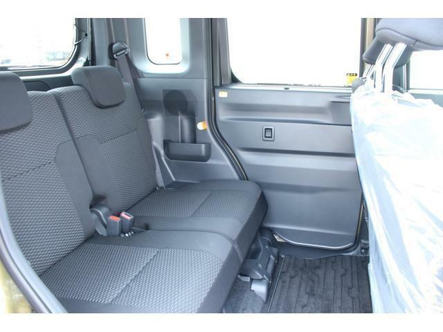 後部座席は広い空間展開だけでなく、左右分割のロングスライド機構を活用すれば足元も広々余裕のスペースになります!