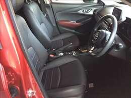 座り心地の良さとサポート性能に優れたフロントシートはサイド部分がレザーで中央部が布地素材になっています。走行が少なく使用感が無い綺麗な状態です。ぜひ、ご自身で体感してください。★☆★☆★