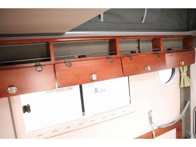上部キャビネットには小物の収納が可能なスペースがございます☆