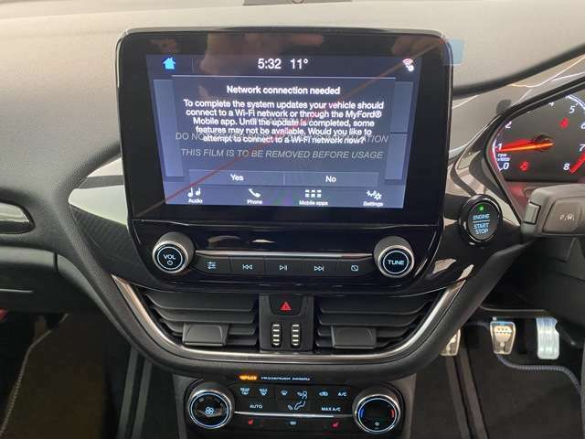 快適なドライブをサポートしてくれるフォードタッチを搭載8インチタッチパネル式カラー液晶!Blutooth接続でハンズフリー通話や音楽など再生ができます!
