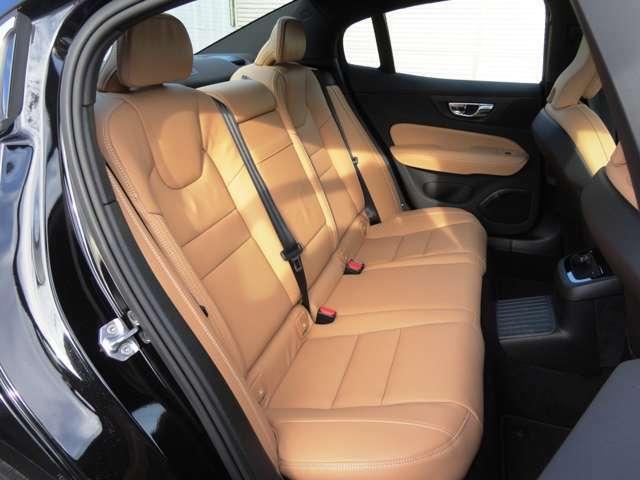 前後席にシートヒーター装備。
