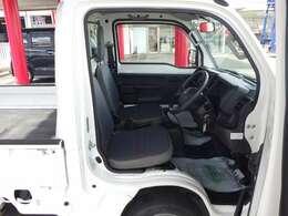 運転席になります!運転席シートの位置調整は、シートの前後、背もたれの角度、シートの高さの調整ができます!