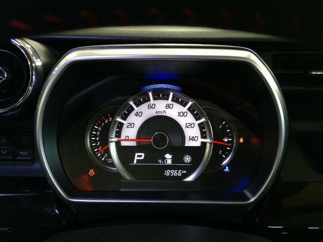速度計が大きく配置された、見やすいメーターパネル。タコメーターつきです。