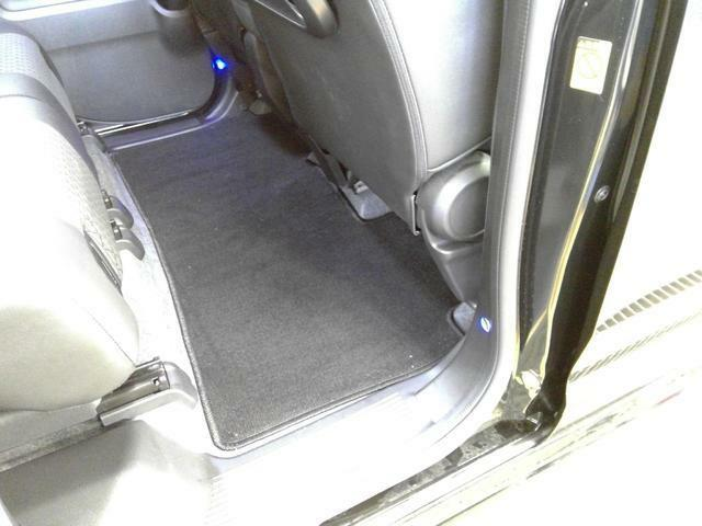 後席ドア開口部には、夜間の床面を照らして乗り降りをサポートするフットライトがあります。