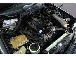 搭載されるエンジンはコスワースの2.5L、16バルブでハイパワーを発揮。停止状態からアクセルを踏み込むと、気持ちよく回り瞬発力ある加速です。