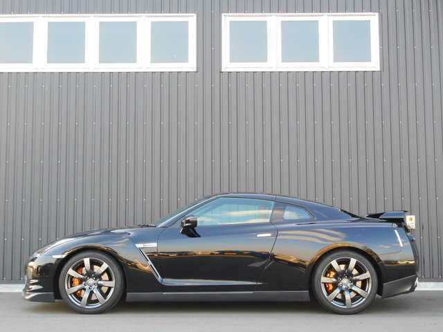 スロープしたルーフラインを持つキャビン「エアロブレードキャノピー」と「スウォードエッジ」と呼ぶ屈曲したCピラー。ボディ後方への空気を整えるとともに、GT-Rの血統を感じさせるエッジを効かせた表現