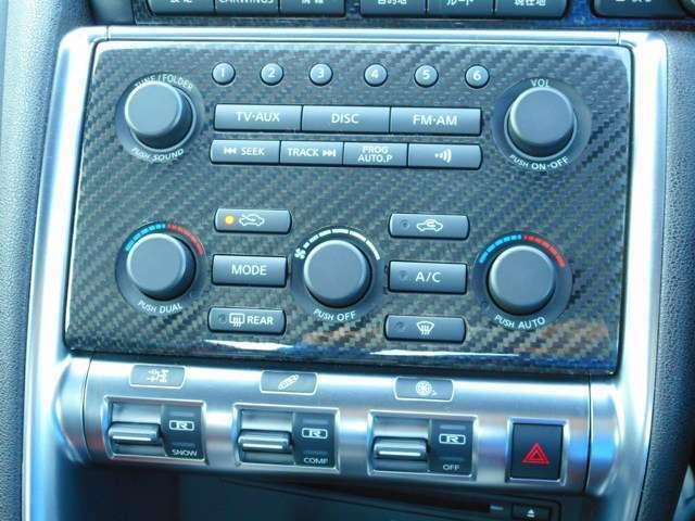 センターディスプレイのスイッチやエアコン、オーディオ類は、ドライバー側にオフセットされ、手の届きやすい位置に配置。全体に金属調表現としたフレーム状の処理で囲むことにより剛性感を演出。
