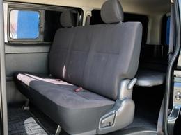 後席にもシートベルトが設置されています。3点式シートベルトなのでチャイルドシートの設置も可能です。