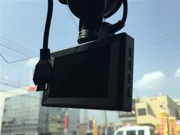 社外SDナビ/フルセグTV/CD/DVD/バックカメラ/ETC/前後ドラレコ/撥水加工シート(カプロンシート)/シートヒーター/HIDヘッドライト/オートエアコン/純正17インチアルミホイール/UVカットガラス/プライバシーガラス
